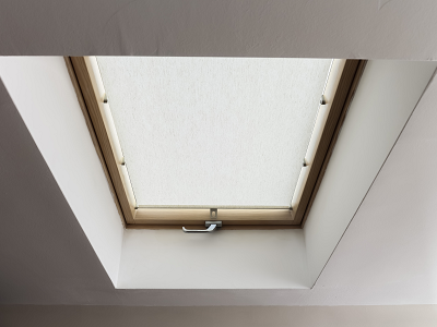 Venting skylight with handle